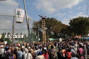 入間市鳶土木工業会による、梯子乗りの様子